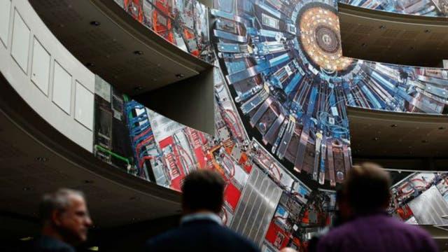Una pintura gigante del colisionador adorna el edificio del CERN