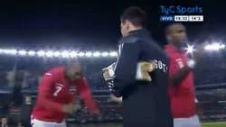 Un gesto curioso: un rival le hace una reverencia a Messi antes de un partido amistoso en el Monumental, en 2014