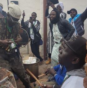 Los africanos festejan al ritmo de tumbas y timbales