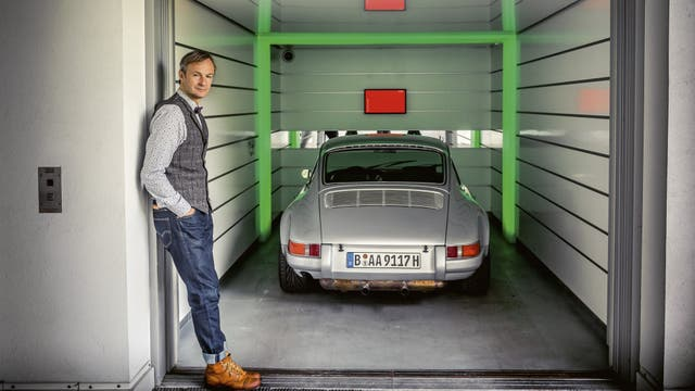 Achim Anscheidt el ascensor de autos de su casa de Berlín