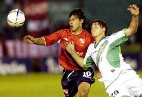 Agüero forcejea con Paletta, de Banfield; el delantero de Independiente fue otra vez decisivo y marcó el sexto tanto en el campeonato