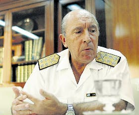 El almirante Jorge Godoy, ayer, en su despacho, explicó como investiga la Armada el caso de Trelew