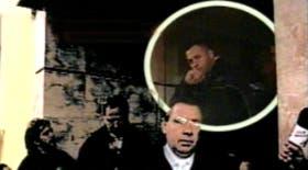 La imagen captada por el canal de Noticias TN cuando sale Adrián Rousseau del velatorio y comienzan las agresiones
