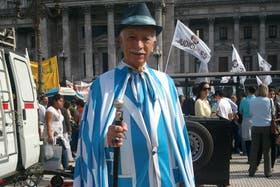 Jorge Williams, de 71 años se manifiestó en contra de la reforma judicial con un atuendo particular