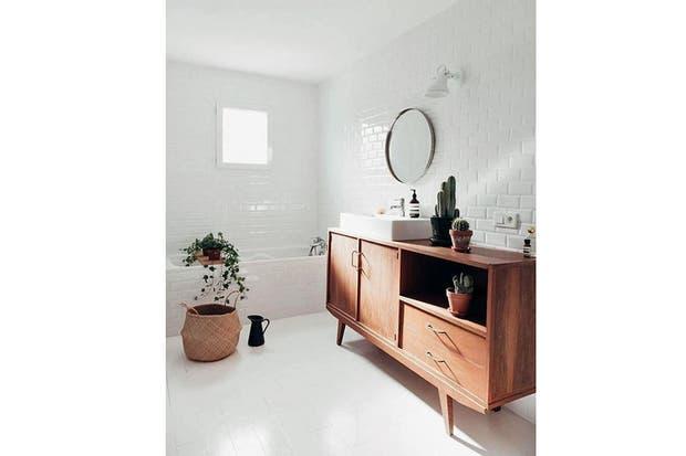 Estos muebles fueron restaurados y reacondicionados para funcionar como vanitorys con un estilo personal.  /Sunriseoversea.com