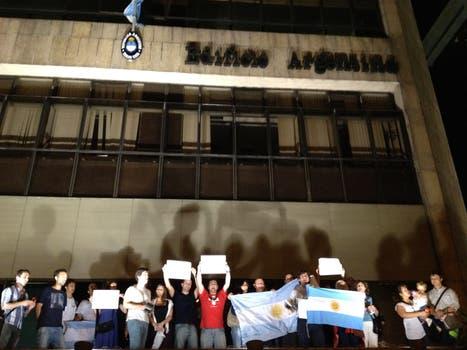 Frente al Consulado de la Argentina en Rio de Janeiro. Foto: LA NACION / Alberto Armendáriz