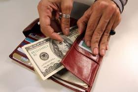 El dólar blue baja 35 centavos en el mercado paralelo