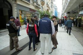 Personal de Banco Central acompañado de agentes de Prefectura controlaron en la peatonal Florida que no hubiera arbolitos