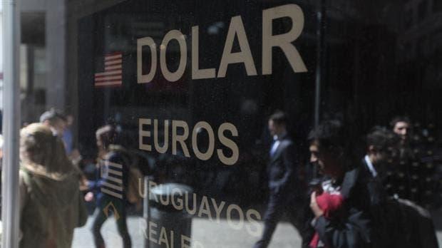 El dólar perfora otro piso y llega a los $15,68