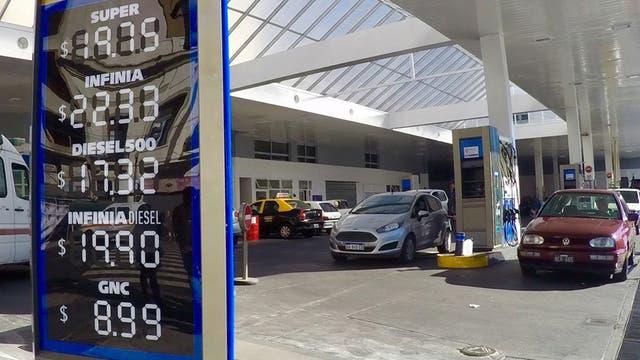 Las estaciones de servicio mostraban ayer los nuevos precios de las naftas