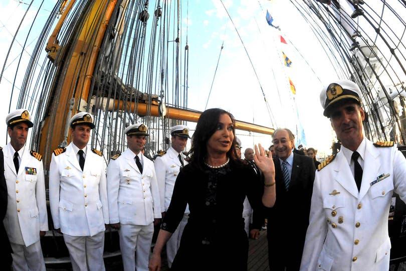 Cristina recorre la Fragata junto a su capitán, Pablo Salonio. Foto: EFE