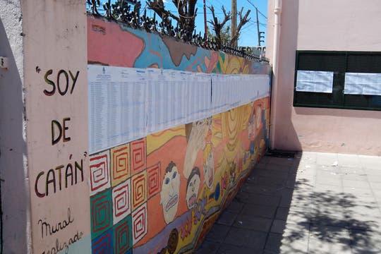 Los padrones no se usan en la escuela n° 150. Los fiscales kirchneristas orientan a los votantes desde la cocina. Foto: LA NACION / Iván Ruiz