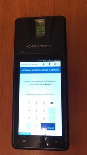 Los dispositivos constan de una pantalla y un lector de huellas digitales; llevan cargados los datos del padrón