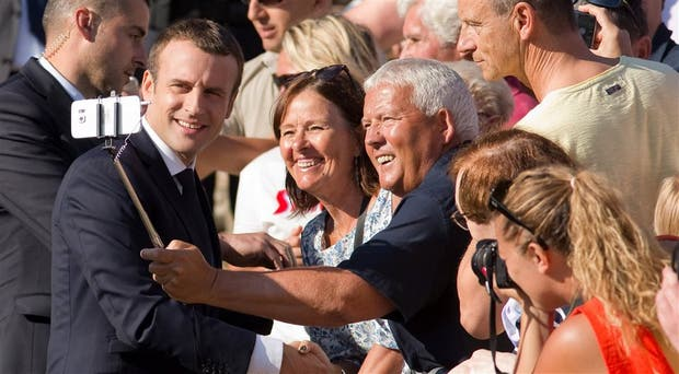 La selfie con Macron empieza a convertirse en un clásico en Francia