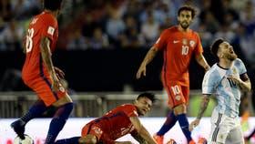 Messi, rodeado de jugadores de Chile