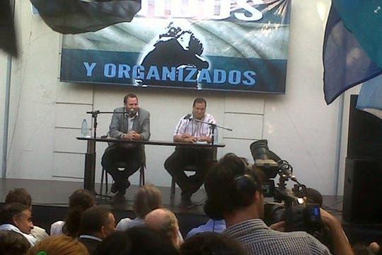 En un homenaje a Néstor Kirchner, en Vicente López, con el cartel de fondo de Unidos y Organizados, con el mítico abrazo K. Foto: Facebook Hernán Brienza