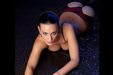 Claire Castel, actriz porno, y auspiciante de un piloto francés.