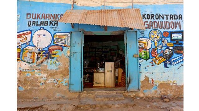 Un mural que ilustra los electrodomésticos en una pared de una tienda en el distrito de Hamarweyne