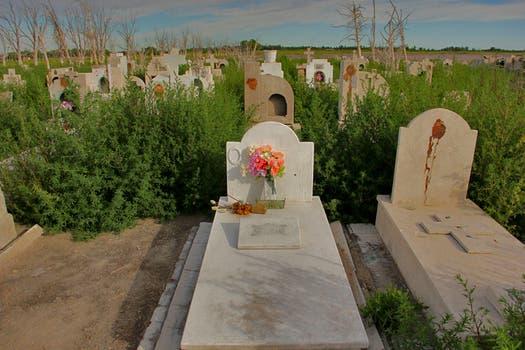 A pesar del abandono del lugar, muchas personas aún se esmeran por mantener las tumbas en buenas condiciones. Foto: LA NACION / Mauricio Giambartolomei
