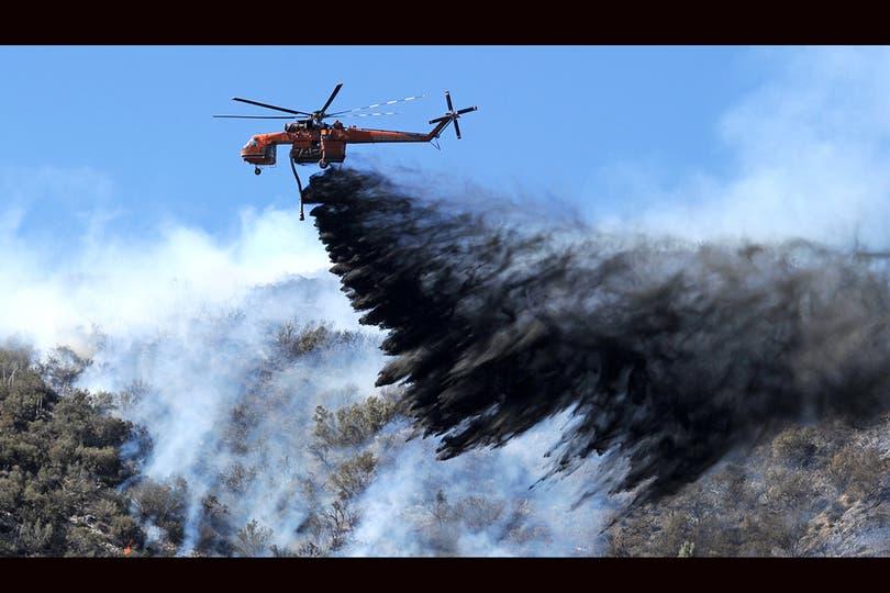 Los aviones arrojaron retardante para combatir el fuego. Foto: AFP