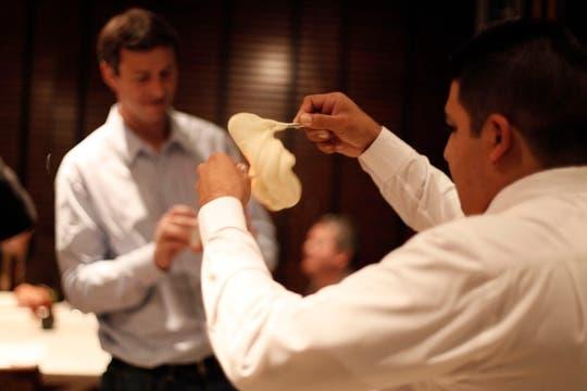 El mozo sirve el aligot, una típica receta francesa, adaptada por Alex Atala con queso Minas y gruyére. Foto: Francio de Holanda/Nespresso