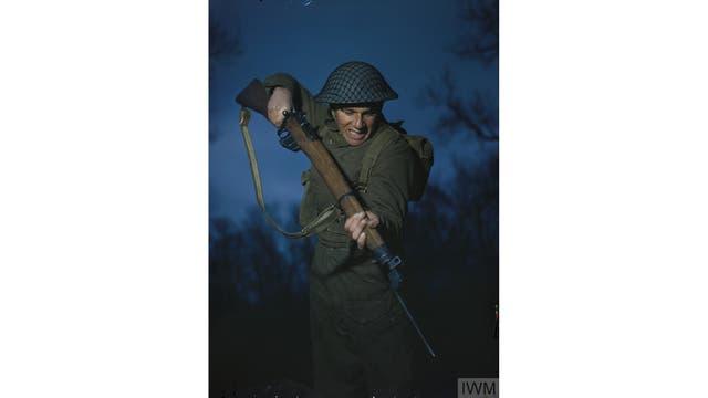 El soldado Alfred Campin del 6º Batallón, infantería ligera de Durham durante el entrenamiento en Gran Bretaña, marzo de 1944.