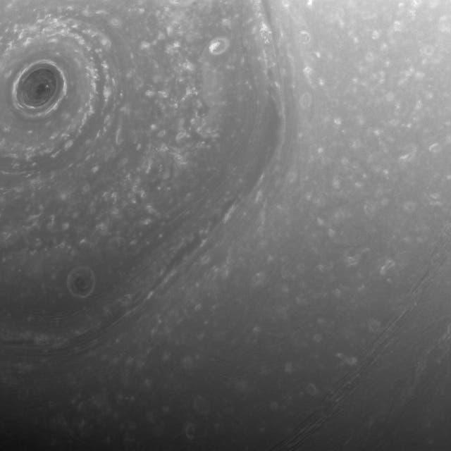 Una parte de la corriente gigante en forma de hexágono alrededor del polo norte Saturno. Cada lado del hexágono es aproximadamente tan ancho como la Tierra. Una tormenta circular se encuentra en el centro del polo