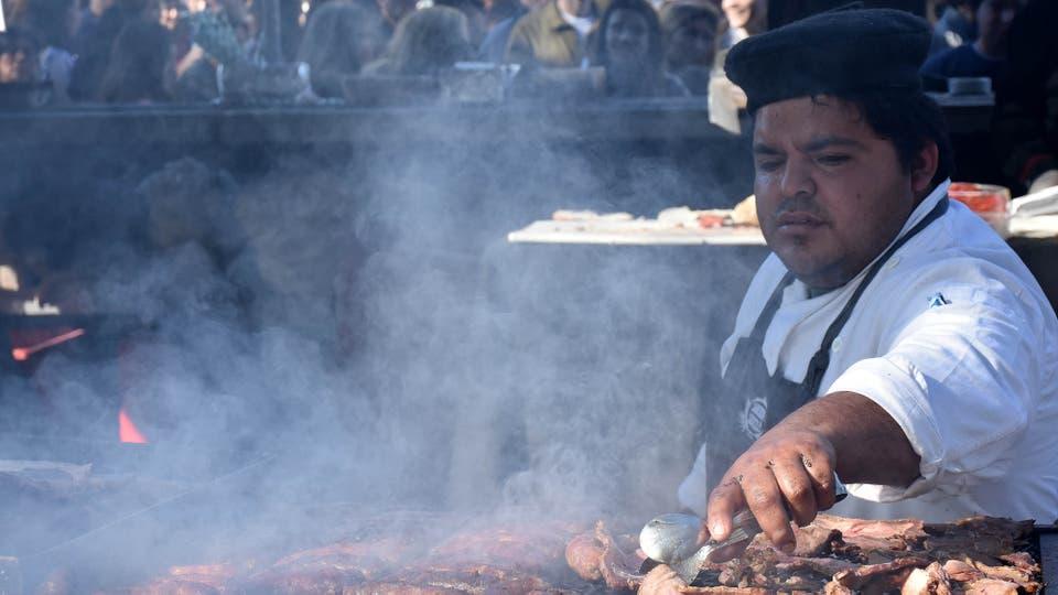 Los maestros asadores mostraron sus habilidades al cocinar asado de tira, colita de cuadril, vacío y choripán . Foto: DyN