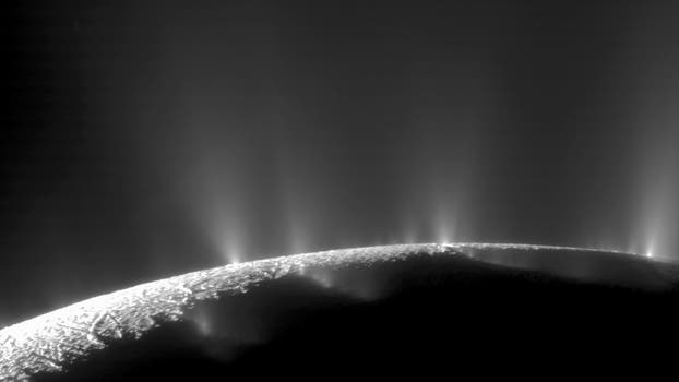 Una imagen de 2005 tomada desde la sonda; en 2005, el módulo Huygens se convirtió en el primer artefacto espacial en posarse sobre una luna de otro planeta, Titán, donde descubrió montañas, lagos y océanos llenos de metano líquido. Foto: AP