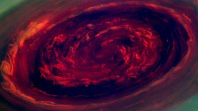 Parece una rosa, pero es una tormenta gigante en el polo norte de Saturno. Su ojo tiene un diámetro de 2.000 km.