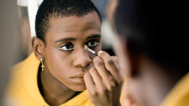 Acaoa Theophilo se maquilla antes de un ensayo general de Romeo y Julieta