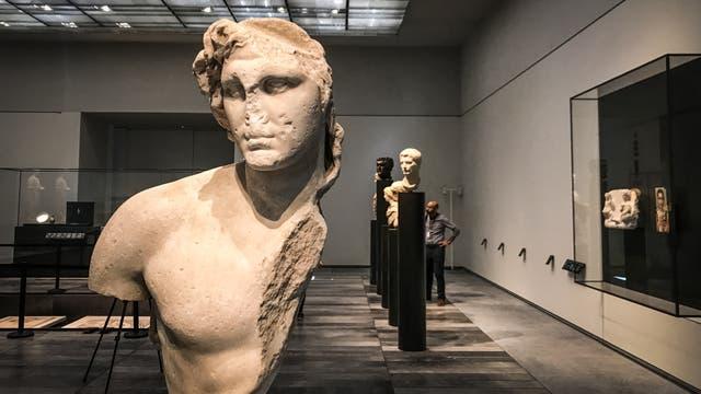 Más de una década en desarrollo, el Louvre Abu Dhabi abre sus puertas esta semana, llevando el famoso nombre al mundo árabe por primera vez. Actualmente, el museo tiene 600 obras de arte que adquirió, junto con otras 300 prestadas por 13 instituciones francesas