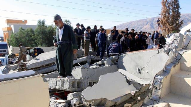 Varias personas buscan entre los escombros posibles sobrevivientes