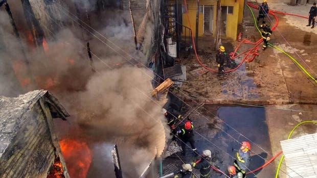 Bomberos combaten las llamas, que alcanzaron los seis metros de alto