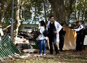 Algunos internos y personal médico caminaban ayer entre los escombros