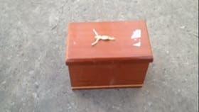 Le dejaron en la puerta de su casa un ataúd en miniatura que fue interpretado como un mensaje mafioso