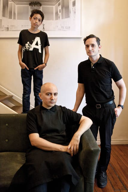 Pablo y familia en su casa, junto a Gonzalo Barbadillo y su hijo Valentín..  Foto:Living /Santiago Ciuffo