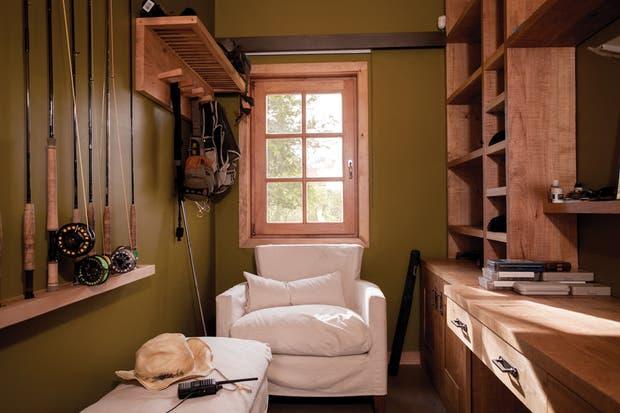 En el cuarto de pesca se colocaron todas las comodidades para que los dueños de casa pudieran guardar prolijamente sus cañas, anzuelos, rieles y más..