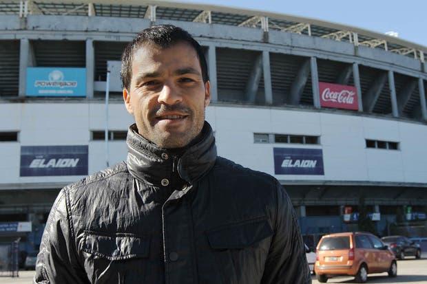 Saja, con el estadio de Racing de fondo / Crédito: Matías Aimar