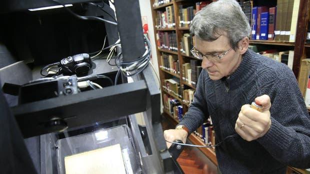 Alejandro Parada, director de la biblioteca de la AAL, en plena tarea de digitalización