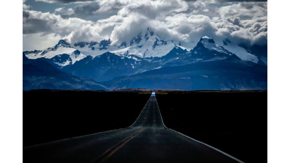 Vista de la Ruta 23 que une la Ruta 40 con la localidad de El Chalten. El Cerro Fitz Roy de fondo. Foto: LA NACION / Silvana Colombo