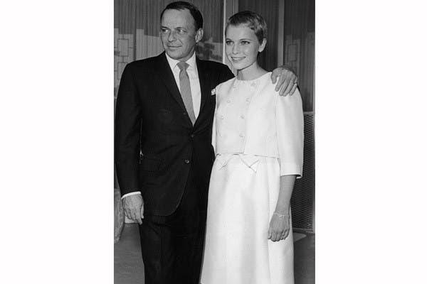 Un vestido con una chaqueta corta eligió Mia Farrow cuando se casó, a los 21 años, con Frank Sinatra, en 1966. Foto: In style