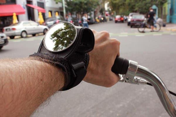 Para manejar mejor y más segura usa este espejo retrovisor. Cuesta $135. Foto: Gentileza Rouen