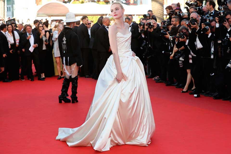 Elle Fanning se inclinó por un vestido corte princesa de Vivienne Westwood.
