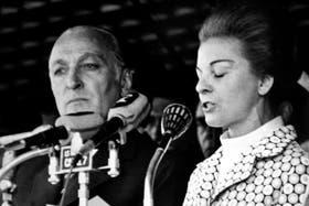El entonces ministro José López Rega, junto a la ex presidenta María Estela Martínez de Perón, durante un discurso en 1975