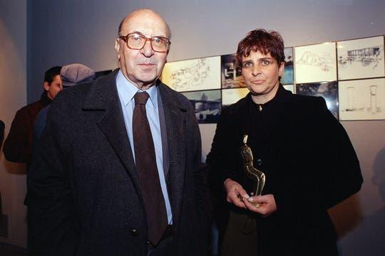 Junto al representante del arquitecto Oscar Niemeyer en la inauguración de su exposición en Buenos Aires, marzo de 2000. Foto: Archivo