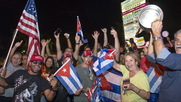 Cientos de cubano-estadounidenses celebraron en Miami la muerte de Fidel Castro