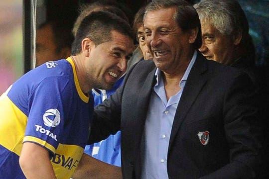 El abrazo de Ramón Díaz y Riquelme, antes del superclásico. Foto: Télam