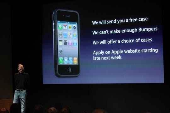 Para paliar el inconveniente de la débil señal en la anterna, Apple anunció que los usuarios de iPhone 4 podrán acceder a una funda sin cargo. Foto: Reuters