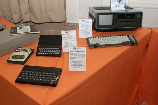 Dos ZX de Sinclair junto a una Commodore SX64. Foto: Gentileza Museo de Informática